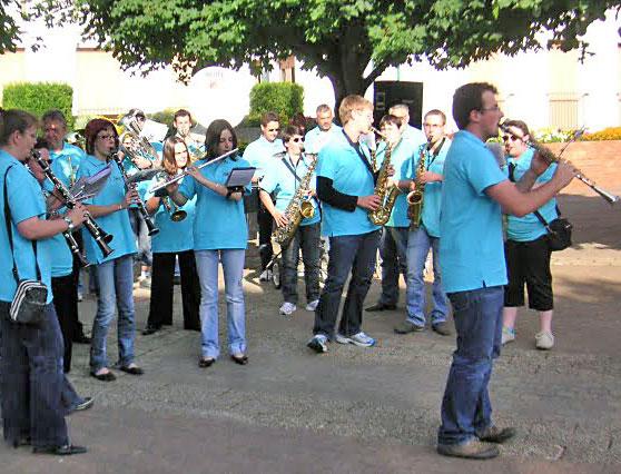 Les Troubl'fêtes devant la mairie d'Huriel lors de la fête de la musique 2009